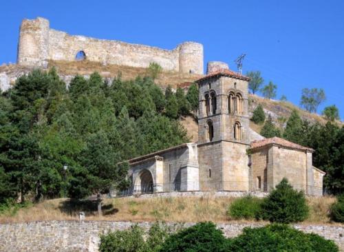 Iglesia de Santa Cecilia y castillo de Aguilar de Campoo.